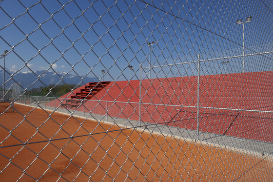 La Veyre et l'endroit du tennis by M+V merlini & ventura architectes | Sports facilities