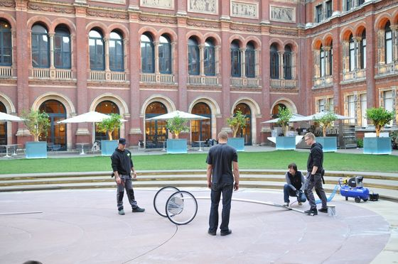 Blow & Roll Installation for the Victoria & Albert Museum de Oskar Zieta | Installations