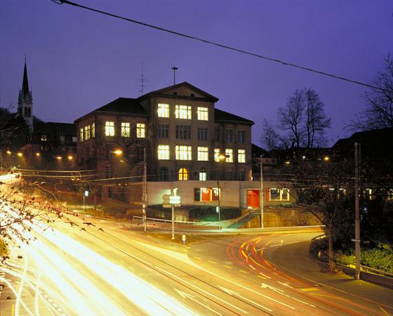 Pausenhalle und Lärmschutz di ernst niklaus fausch architekten | Scuole