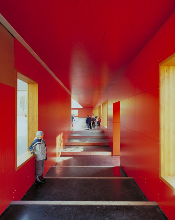 Pausenhalle und Lärmschutz von ernst niklaus fausch architekten | Schulen