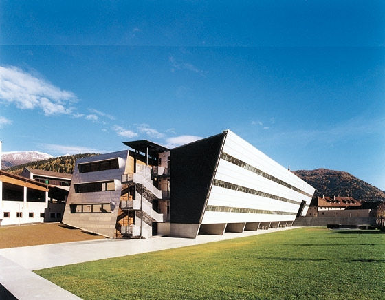 REALGYMNASIUM STERZING de Höller & Klotzner Architekten | Écoles