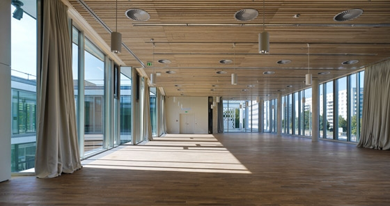 Holz architektur innenraum  des Café Moskau zum Konferenzzentrum von HSH Architekten | Restaurants