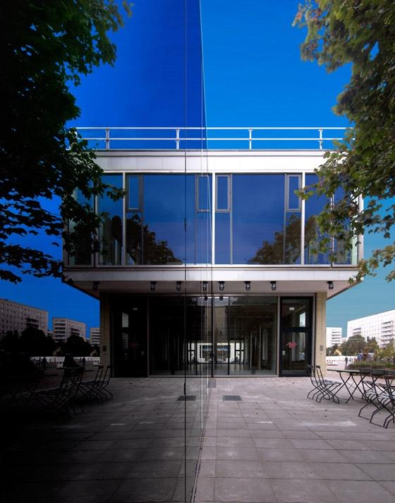 Umbau des Café Moskau zum Konferenzzentrum di HSH Architekten | Ristoranti