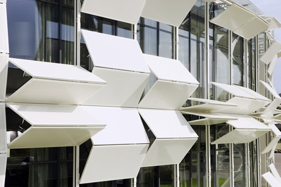 Dynamic facade (Kiefer technic showroom) de Ernst Giselbrecht + Partner | Edificio de Oficinas