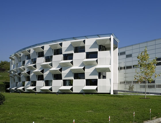 Dynamic facade (Kiefer technic showroom) de Ernst Giselbrecht + Partner | Immeubles de bureaux