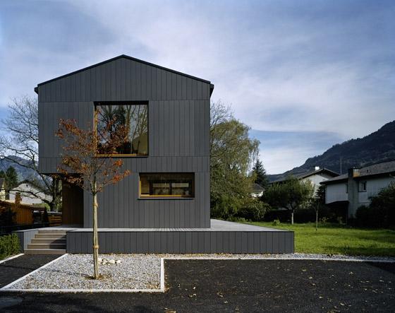 Haus Sagengüetli di Architekturbüro Herbert Bruhin | Case unifamiliari