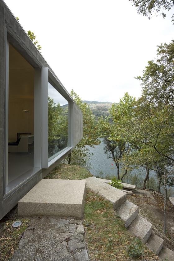 Casa no Gerês von Correia / Ragazzi Arquitectos | Einfamilienhäuser