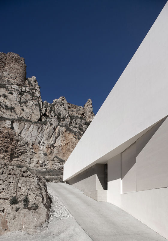 House on Mountainside di Fran Silvestre Arquitectos | Case unifamiliari