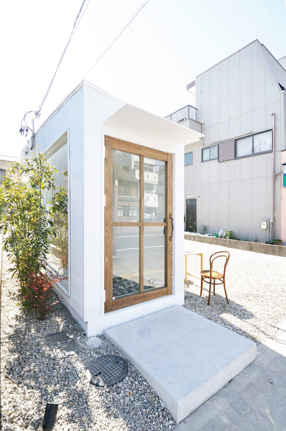 Little one-room house with a curve by Studio Velocity | Shops
