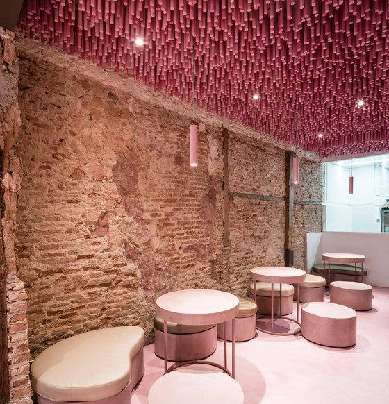 12,000 pink-painted wooden sticks de Ideo Arquitectura | Intérieurs de café