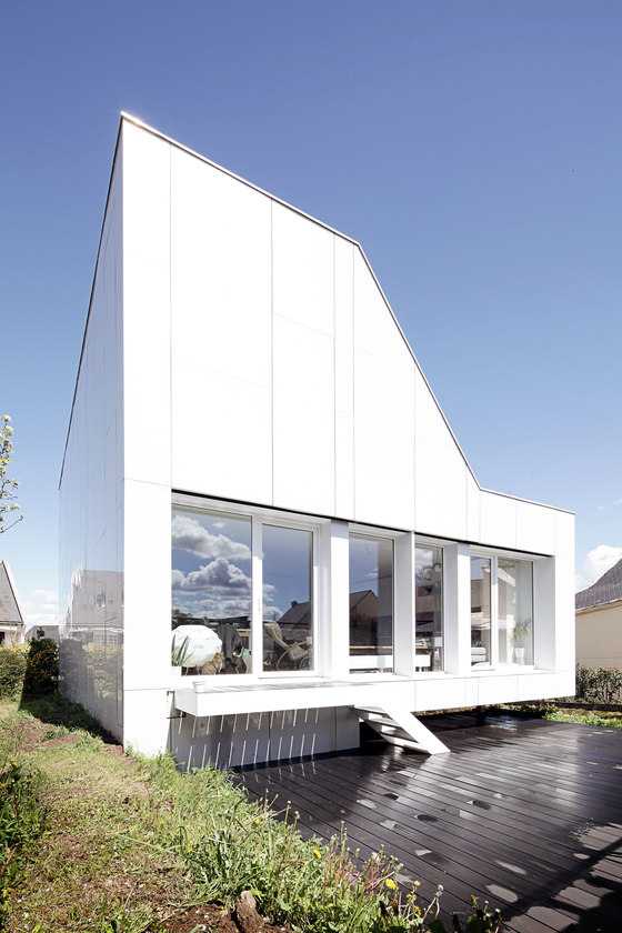 Flying box villa by 2a design detached houses for Villa container