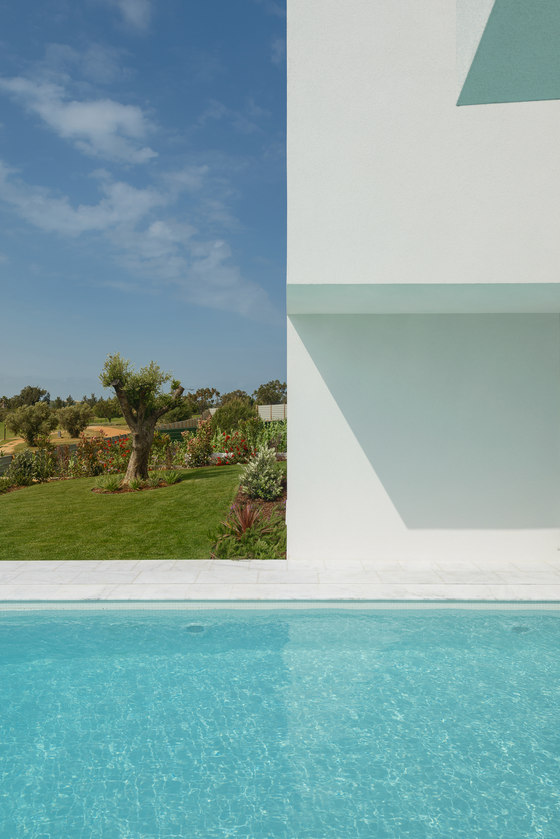 Between Two White Walls by Corpo Atelier | Detached houses