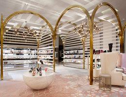 Level Shoe District | Intérieurs de magasin | Shed Design