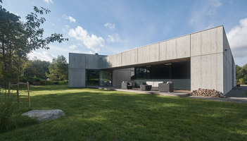 Concrete House At The Seaside | Detached houses | Nebrau