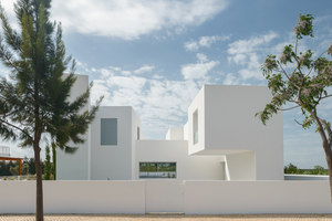 Between Two White Walls | Casas Unifamiliares | Corpo Atelier