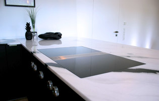 More than just black and white: refined marble and an innovative cooktop extractor system | Manufacturer references | BORA reference projects