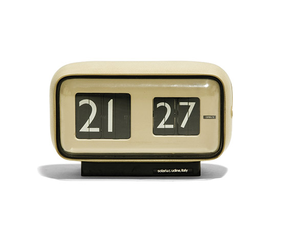 Lacquered aluminum table clock