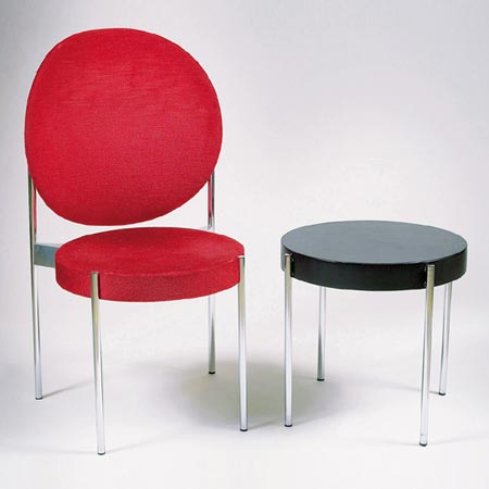 Chairs Model No. 430 and a side table de Dorotheum