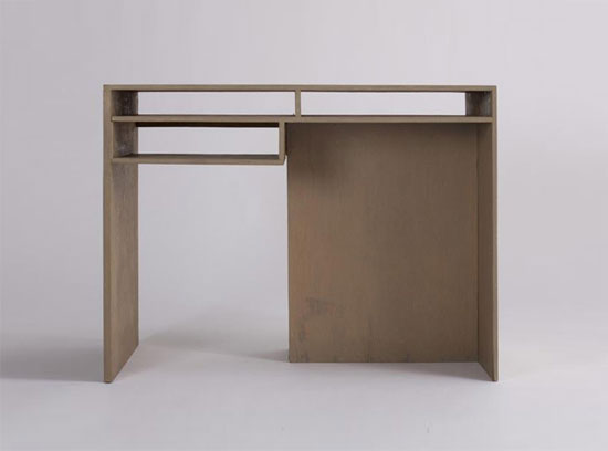 Desk with freestanding shelf