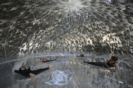 "Fortsetzung der Dornbracht Installation Projects®: Tomás Saraceno ""Cloud Cities"" im Hamburger Bahnhof | Industrie News"