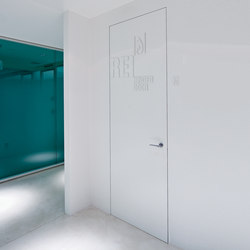L'Invisibile fire resistant hinged door