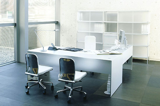 AIR FRAME 3009 executive desk by IXC.