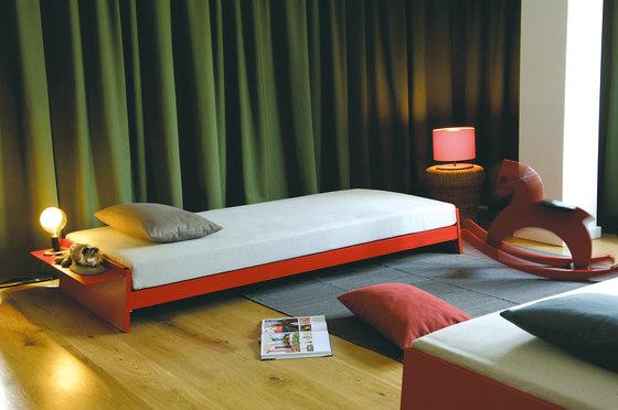 Lönneberga MDF stacking bed di Richard Lampert