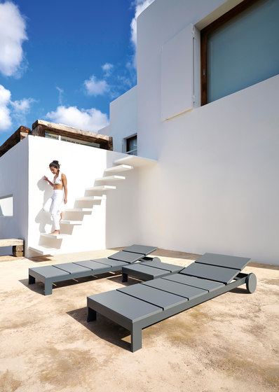 Na Xemena Triclinio day bed by GANDIABLASCO