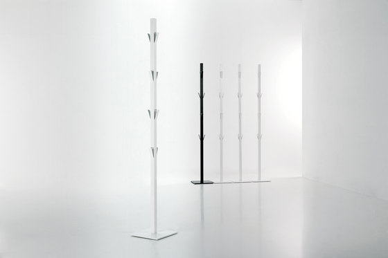 Window clothes stand by viccarbe