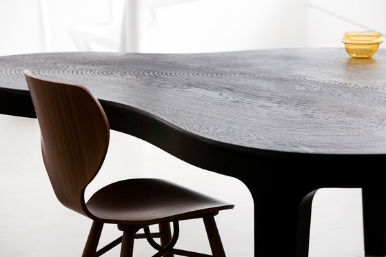 Isola dining table by Linteloo