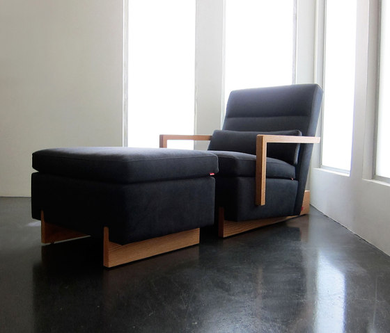 Trax Chair with Arms & Ottoman de Phase Design