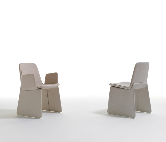 Layer with armrests de viccarbe