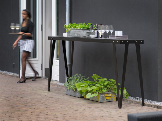 Lloyd dining table by Functionals