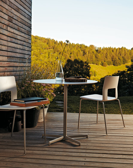 Kobe chair with aluminium legs de Desalto