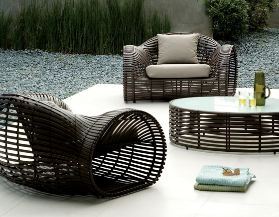 Lolah Loveseat di Kenneth Cobonpue