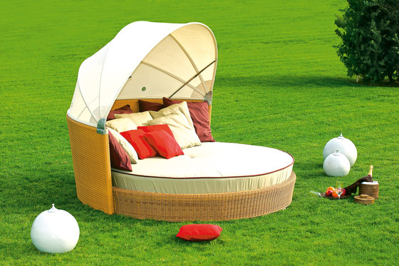 Ruedo sun bed with umbrella by Point