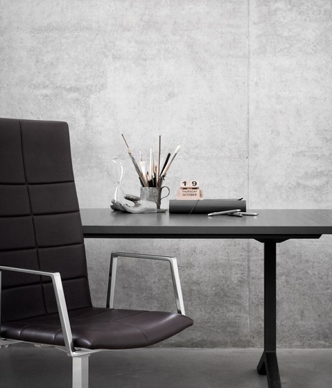 Archal T table by Lammhults
