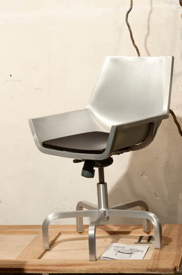 Sezz Swivel chair with castors de emeco