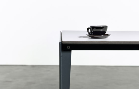 Table at_09 di Silvio Rohrmoser