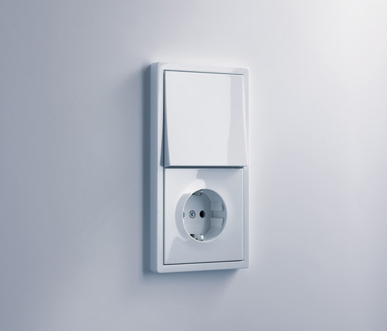 SCHUKO-socket outlet with child protection | E2 by Gira