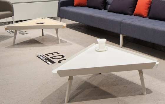 Edgar Triangle Coffee Table de Nurus