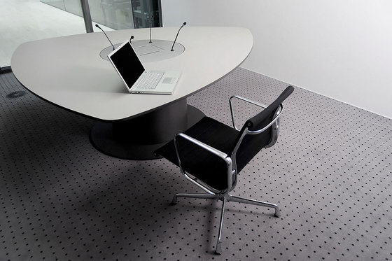 C7 Triangular table by Holzmedia