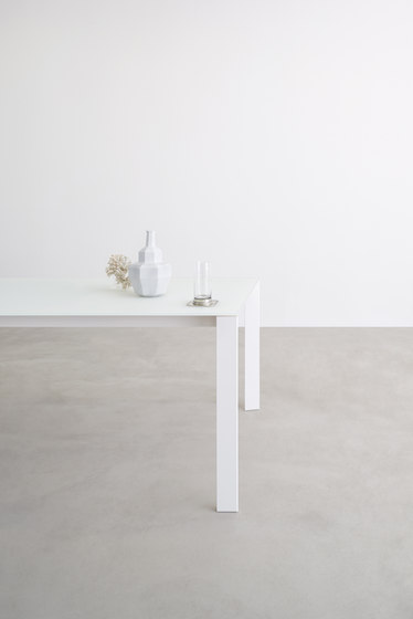 Grid table by Desalto