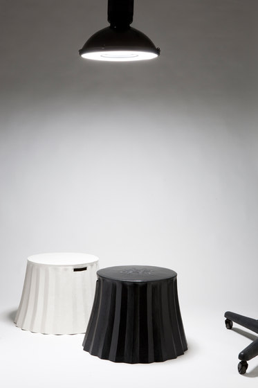 Cookie Paper stool | side table de Karen Chekerdjian