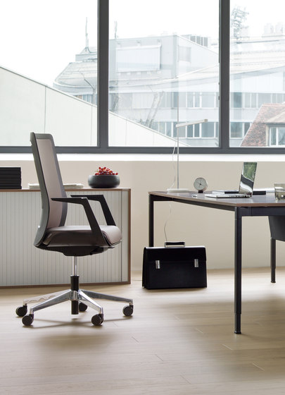 poi swivel chair di Wiesner-Hager