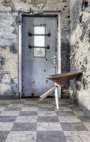Diagonal Cross Legs Chair von dutchglobe