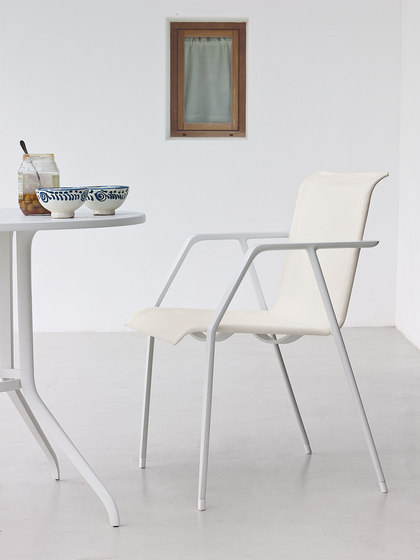 Injoy Dining table by DEDON
