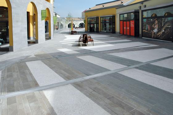 Sassoitalia Floor - Neutro, Bianco-Grigio, Ciottolo Bianco Carrara-Nero Ebano von Ideal Work