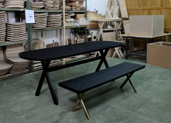 Touch Bench (with wood legs) di Zanat