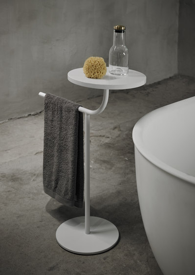Bivio Freestanding Towel Rack With Tray de Inbani